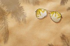 夏天概念,在沙子的太阳镜 免版税库存照片