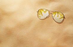 夏天概念,在沙子的太阳镜 库存照片