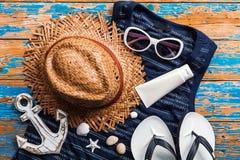 夏天概念,在蓝色的海滩辅助部件困厄了木桌 免版税库存图片