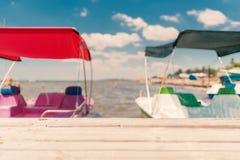夏天模糊的海景,码头,抽象背景 库存图片