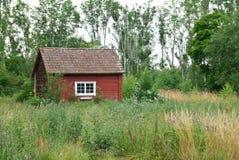 夏天横向的传统瑞典红色房子 库存图片