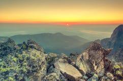 夏天横向 1257座高米山山波兰skrzyczne日出视图 库存图片