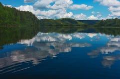 夏天横向 河Vishera ural的山 免版税图库摄影