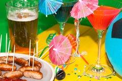 夏天橄榄球烤肉党 与鸡尾酒饮料的表, saus 免版税图库摄影