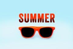 夏天橙色在梯度淡色蓝色大背景中隔绝的正文消息和橙色太阳镜 图库摄影