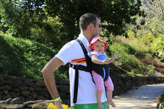 夏天步行。有他可爱的女儿的父亲 库存照片