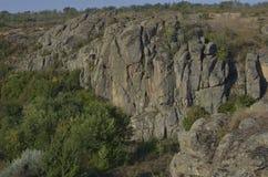 夏天步行通过与朋友的峡谷 Aktovo 免版税库存图片