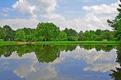 夏天池塘和长凳 库存照片