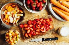 夏天沙拉用新鲜的家庭自然水果和蔬菜 预习功课 免版税库存图片