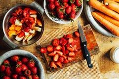 夏天沙拉用新鲜的家庭自然水果和蔬菜 预习功课 免版税图库摄影