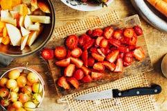 夏天沙拉用新鲜的家庭自然水果和蔬菜 预习功课 库存照片