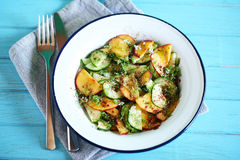 夏天沙拉用黄瓜,桃子和接骨木浆果开花 库存照片