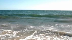 夏天波浪在一个温暖的加利福尼亚海滩打破 影视素材