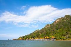 夏天海、山和天空在凌家卫岛 免版税库存照片