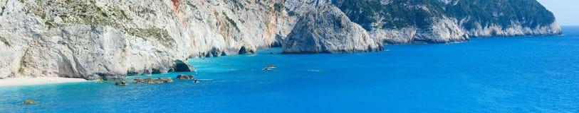 夏天海岸全景(Lefkada,希腊)。 库存照片