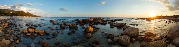 夏天海岸线日落全景(希腊,扎金索斯州, Alykes,离子 库存照片