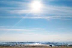 夏天海景、海滩和人 免版税库存照片