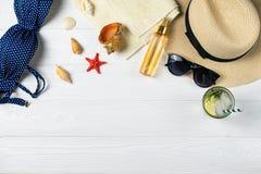 夏天海滩与refershing饮料的帽子太阳镜的水池构成 免版税库存图片