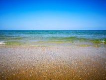 夏天海滩和软的波浪通过沙子和海 免版税库存照片