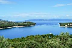 夏天海的蓝色在海岸附近的 免版税图库摄影