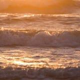 夏天海,飞溅波浪的海风景与阳光 库存图片