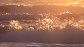 夏天海,飞溅波浪的海风景与阳光 免版税图库摄影