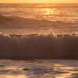 夏天海,飞溅波浪的海风景与阳光 图库摄影