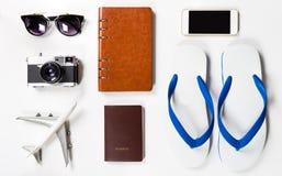 夏天海滩假期在白色的旅行设备 免版税库存图片