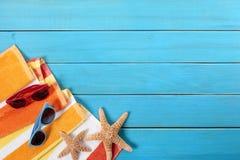 夏天海滩假期或旅行背景,太阳镜,拷贝空间 库存图片
