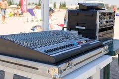 夏天海滩党的声测设备 库存图片