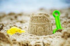 夏天海滩活动-沙子城堡 免版税库存照片