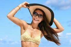 夏天海滩帽子和太阳镜的假期妇女 库存照片