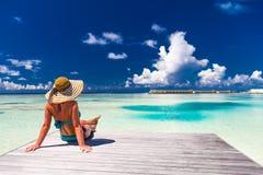 夏天海滩旅游业假期假日旅行背景概念 松弛一个tropcal海滩的幸福浪漫田园诗妇女 免版税库存图片