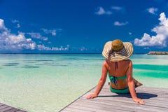 夏天海滩旅游业假期假日旅行背景概念 松弛一个tropcal海滩的幸福浪漫田园诗妇女 库存图片