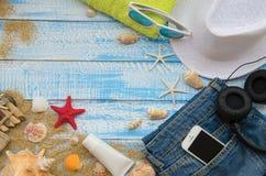夏天海滩概念 在木背景的夏天辅助部件 免版税库存照片