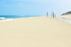 夏天海滩波罗的海岸家庭 免版税库存照片