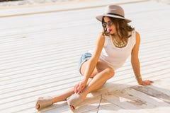 夏天海滩的时髦的妇女在一热的天 免版税库存照片