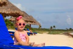 夏天海滩的逗人喜爱的小女孩 免版税库存图片