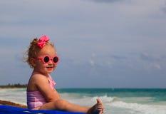 夏天海滩的逗人喜爱的小女孩 库存图片