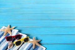 夏天海滩背景边界,太阳镜,海星,蓝色木拷贝空间 免版税库存照片