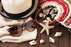 夏天海滩袋子和草帽 免版税图库摄影