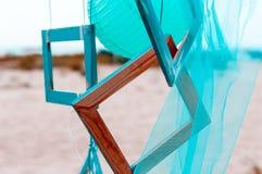 夏天海滩装饰:与透明硬沙的照片框架 免版税图库摄影