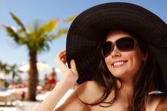 夏天海滩青少年的女孩快乐在巴拿马和太阳镜 免版税库存照片