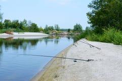 夏天渔 在岸的钓鱼竿立场 美好的夏天横向 免版税库存照片