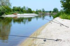夏天渔 在岸的钓鱼竿立场 库存照片