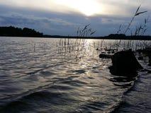 夏天湖的晚上视图 库存照片