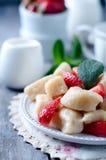 夏天点心懒惰饺子用酸奶干酪 图库摄影