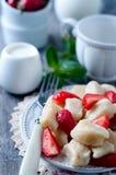 夏天点心懒惰饺子用酸奶干酪 免版税库存照片