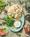 夏天烤肉党与烤的餐具chiken和菜 免版税库存图片