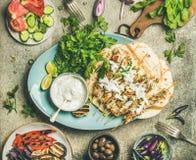 夏天烤肉党与烤的餐具chiken和菜 免版税图库摄影
